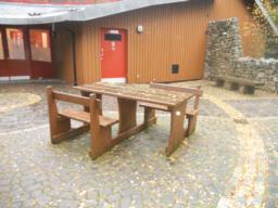 A number of picnic benches are located in the car park and Visitors Centre area. Only one of these, located by the visitor centre entrance, was found to be accessible in both location and design