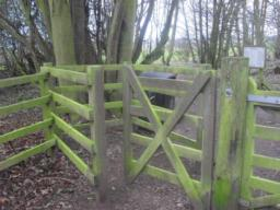 There is a kissing gate at the entrance to trail.  The width of the kissing gate is 90cm