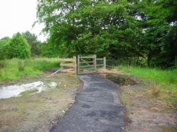 Gate to woodland walk. Gate is 1.2m wide, not suitable for disabled access. Continue on loop round pond.