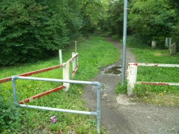 The entrance from the pedestrian crossing on the A61 (Park Road) has a gate without a latch.