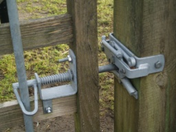 The gate has a latch that is easy to operate at high and low levels.