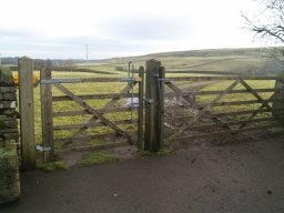 The path starts through the gate at the top of the farm yard. It is 1m wide, opens both ways and is self closing.