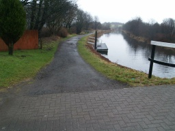 The path continues towards Bonnybridge (2 Km) and the Falkirk Wheel (5 Km).