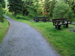 There are nine  resting areas with benches around the route.