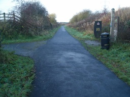 The path on the left links to Pitdinnie Road leading to Carnock. (see Extra Photos)